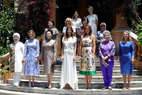 Bà Bành Lệ Viện (hàng đầu, thứ ba từ trái sang) và bà Melania Trump (hàng đầu, thứ ba từ phải sang) chụp ảnh cùngcác đệ nhất phu nhân khác tại bảo tàng Villa Ocampo ở Buenos Aires, Argentina hôm 30/11. Ảnh: AFP