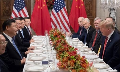 Phái đoàn của ông Trump (phải) và phái đoàn của ông Tập tại buổi làm việc trong bữa tối. Ảnh: AFP.
