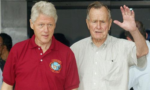 Cựu tổng thống Mỹ Bill Clinton (trái) và cố tổng thống George H.W. Bush trong chuyến thăm Indonesia năm 2005. Ảnh: AP.