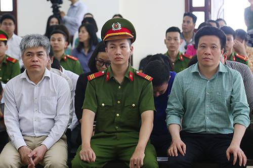 26 bị cáo nghe tòa tuyên án, ngồi hàng ghế đầu là bị cáo Thắm (áo xanh) và bị cáo Sơn. Ảnh: Phạm Dự