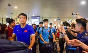 Người hâm mộ vây kín tuyển Việt Nam tại sân bay Nội Bài