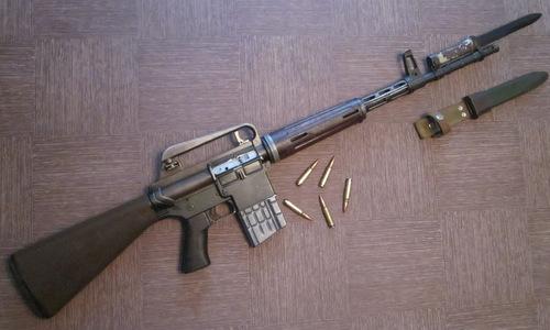 Khẩu AR-10 kèm lưỡi lê. Ảnh: Wikipedia.