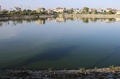 Một góc đồ đièu hòa Cửa Nam nước đen nghịt. Ảnh: Nguyễn Hải.