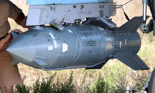 Bom KAB-500S dẫn đường bằng vệ tinh trước một nhiệm vụ tại Syria. Ảnh: Sputnik.
