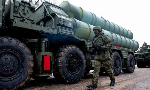 Lính Nga cạnh xe phóng của tổ hợp S-400 tại Crimea. Ảnh: TASS.