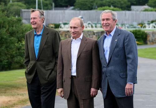 Từ trái qua phải: Cựu tổng thống Mỹ George H.W Bush, Tổng thống Nga Putin và tổng thống George W. Bush tại Walkers Point tháng 7/2007. Ảnh: White House.