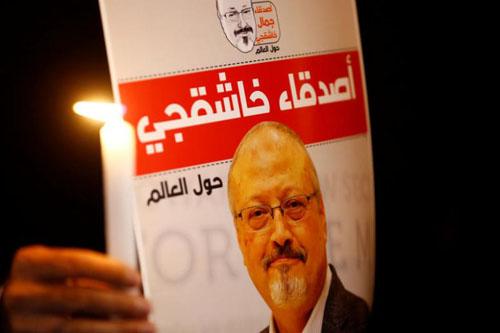 Người biểu tình cầm ảnh Khashoggi bên ngoài lãnh sự quán Arab Saudi ở Istanbul, Thổ Nhĩ Kỳ hồi tháng 10. Ảnh: Reuters.