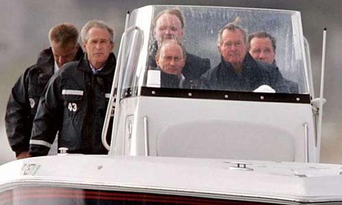 Cựu tổng thống Mỹ George H.W Bush (ngoài cùng bên phải, trước)lái tàu cao tốc chở Tổng thống Nga Putin (giữa) và con trai George W. Bush tháng 7/2007. Ảnh: Reuters.