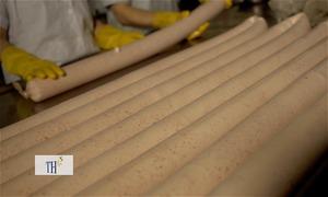 Xúc xích phô mai dài gần một mét làm từ thịt cấp đông