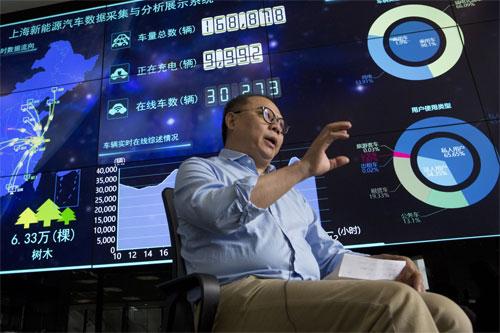 Ding Xiaohua, giám đốc Trung tâm giám sát, đang trả lời phỏng vấn trước màn hình hiển thị dữ liệu ở Thượng Hải. Ảnh: AP.