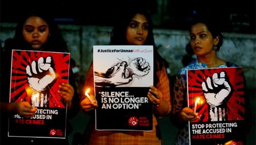 Các cô gái biểu tình phản đối việc bao che cho tội phạm tấn công tình dục ởAhmedabad, Ấn Độ hồi tháng 4. Ảnh: AP