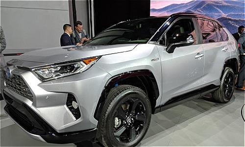 Mẫu Toyota RAV4 thế hệ thứ 4 xuất hiện lần đầu tại triển lãm xe hơi New York, Mỹ hồi đầu năm nay.