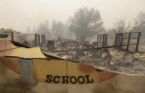 Trường tiểu học Paradise bị thiêu rụi hôm 9/11. Ảnh: AP.