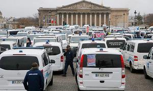 Hàng chục xe cứu thương dàn hàng biểu tình ở Paris