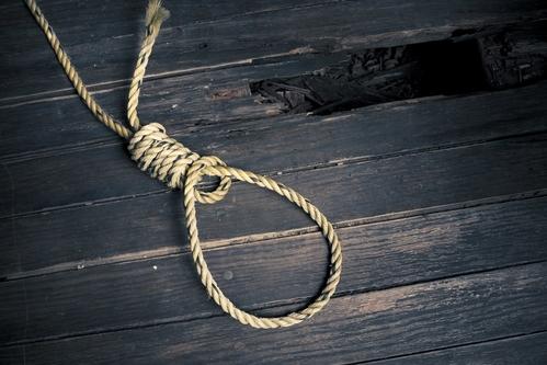Hồng được cho là đã treo cổ tự tử.