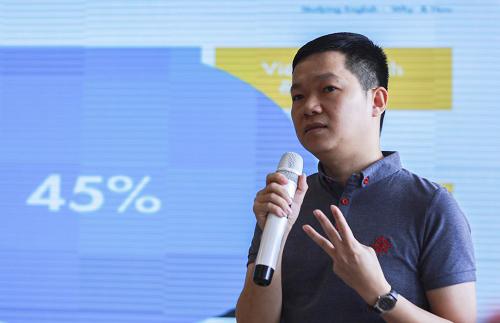 TS Nguyễn Chí Hiếu trong một buổi chia sẻ về bí quyết học tiếng Anh. Ảnh: Dương Tâm
