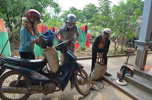 Người dân thôn Tân Hiệp bỏ hẳn nghề rà phế liệu để chuyển sang nghề khác an toàn, thu nhập ổn định hơn.Ảnh:Hoàng Táo