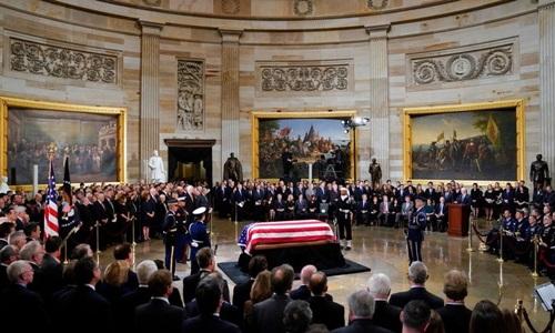 Linh cữu cố tổng thống Bush được quàn dưới mái vòm Đồi Capitol hôm 3/12. Ảnh: AP.