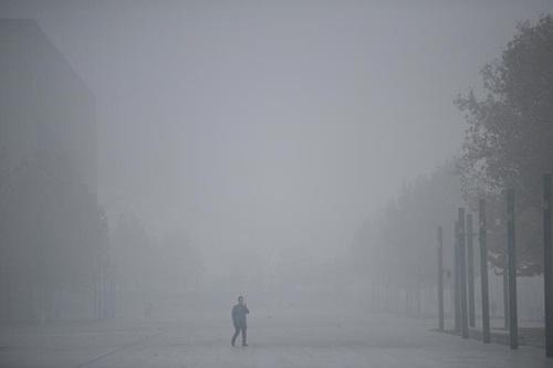 Thành phố Thiên Tân, Trung Quốc chìm trong sương mùvì ô nhiễm không khí hôm 26/11. Ảnh: Reuters.