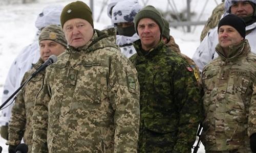 Tổng thống Ukraine Petro Poroshenko phát biểu tại một cuộc tập trận ở căn cứ Honcharivske, vùng Chernihiv, hôm 3/12. Ảnh: AP.