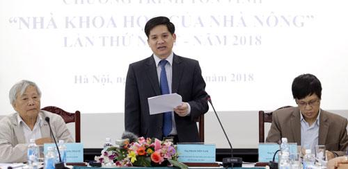 Ông Phạm Tiến Nam giới thiệu về chương trình tôn vinh sáng 4/12. Ảnh: Anh Tuấn.
