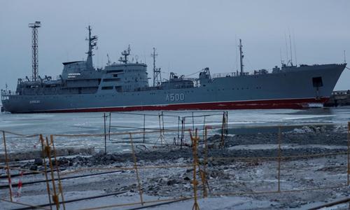 Một tàu của hải quân Ukraine neo đậu tại cảng Mariupol trên Biển Azov hôm 2/12. Ảnh: Reuters.