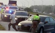 Cảnh sát bị ôtô đâm văng khi kiểm tra hiện trường tai nạn