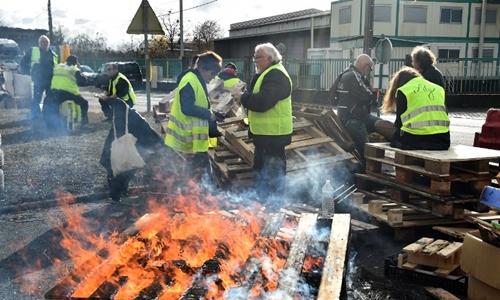 Người biểu tình chặn lối vào một kho xăng ở Montabon, tây bắc Pháp từ ngày 2/12. Ảnh: AFP.
