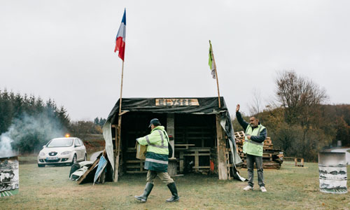 Căn lều ghi dòng chữ Điện Elysee của những người biểu tình Áo Vàng tại Gueret. Ảnh: NYTimes.