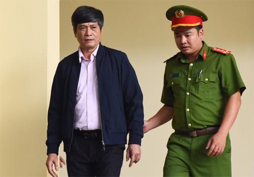 Cựu cục trưởng C50 Nguyễn Thanh Hóa hầu tòa với cáo buộ Lợi dụng chức vụ quyền hạn trong khi thi hành công vụ. Ảnh: Giang Huy