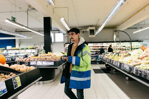 Florian Dou trong siêu thị giảm giá ở thị trấn Gueret. Ảnh: NYTimes.