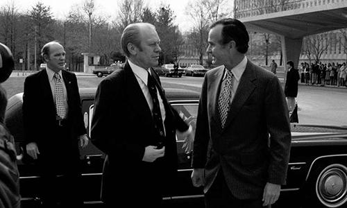 Tổng thống Gerald Ford (thứ hai từ trái sang) và Giám đốc CIA George H.W. Bush (thứ ba từ phải sang) tại trụ sở CIA. Ảnh: CIA.