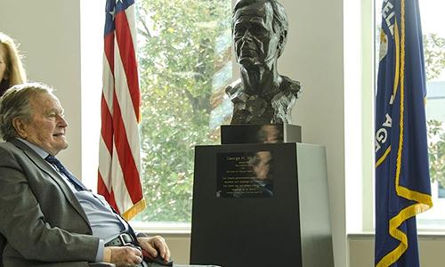 Ngày 29/1/2016, cựu Tổng thống George H.W. Bush tới thăm trụ sở CIA nhân kỷ niệm 40 năm ngày nhậm chức giám đốc cơ quan tình báo này. Ảnh: CIA.