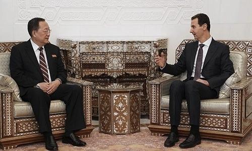 Ngoại trưởng Triều Tiên Ri Yong-ho (trái) và Tổng thống Syria Bashar al-Assad trong cuộc gặp ở Damascus ngày 4/12. Ảnh: SANA.