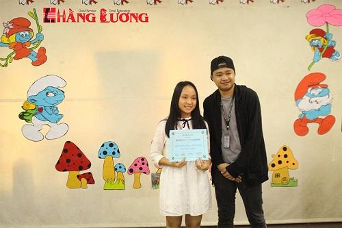 Học viên Hằng Lương nhận chứng chỉ hoàn thành khóa học hè tại Philippines.