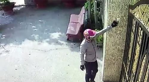 Camera an ninh ghi lại hình ảnh có người bấm chuông ngôi biệt thự. Ảnh: Cắt từ clip