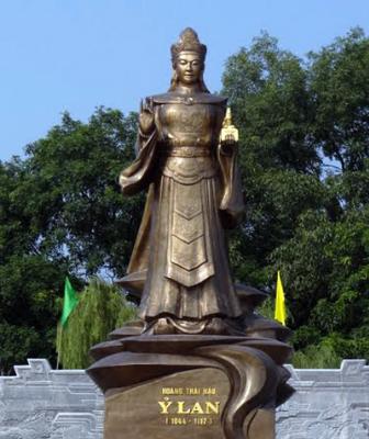 Tượng Hoàng thái hậu Ỷ Lan ởchùaLinh Nhân Từ Phúc Tựtại Gia Lâm, Hà Nội. Ảnh:Panoramio