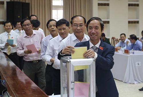 Các đại biểu HĐND tỉnh Quảng Nam tham gia bỏ phiếu: Ảnh: Đắc Thành.
