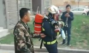 Lính cứu hỏa nhường mặt nạ chống độc cho em bé ở Trung Quốc