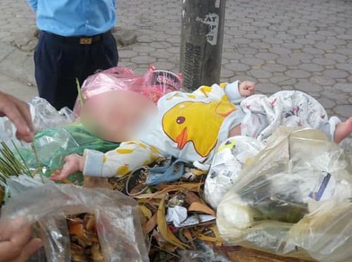 Bé trai được phát hiện trong thùng xe rác. Ảnh:T.Đ