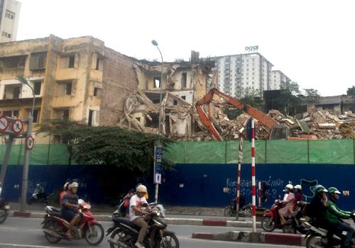 Chung cư cũ 93 Láng Hạ đang được phá dỡ từng phần. Ảnh: Anh Duy.