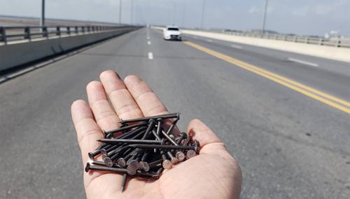 Chưa đầy 20 m có đến hơn 30 cây đinh dài 5-7 cmnằm trên mặt cầu. Ảnh: Giang Chinh