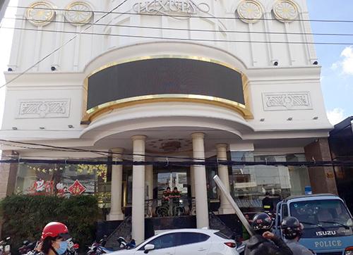 Cảnh sát làm việc tại cơ sở karaoke ở Nha Trang, phát hiện nhiều người phê ma tuý. Ảnh: Xuân Ngọc