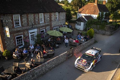 Khung cảnhlễ hội Good Wood Festival tại Anh, nơi khách tham quan thưởng rượu, nghe nhạc và ngắm xe. Ảnh: Nytimes.