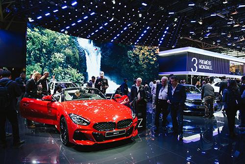 Gian trưng bày của hãng xe BMW tại triển lãm xe Paris. Ảnh: Nytimes.