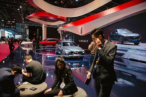 Gian trưng bày của hãng xe VinFast tại triển lãm Paris 2018 hồi tháng 10. Ảnh: Nytimes.