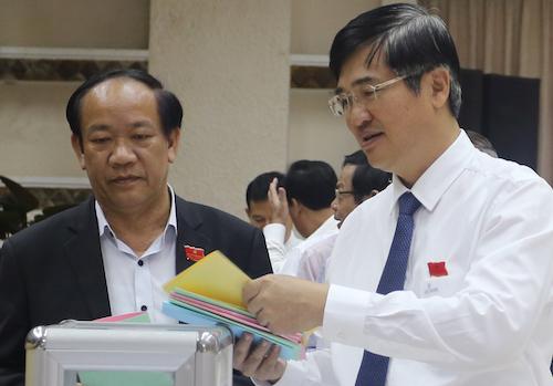 Từ trái qua: Ông Đinh Văn Thu, Chủ tịch UBND tỉnh Quảng Nam và ông Nguyễn Ngọc Quang, Bí thư Tỉnh uỷ, Chủ tịch HĐND tỉnh. Ảnh: Đắc Thành