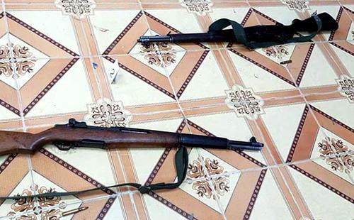 Hai khẩu súng Hiếu trộm tại cơ quan để gây án. Ảnh: Báo Gia Lai.