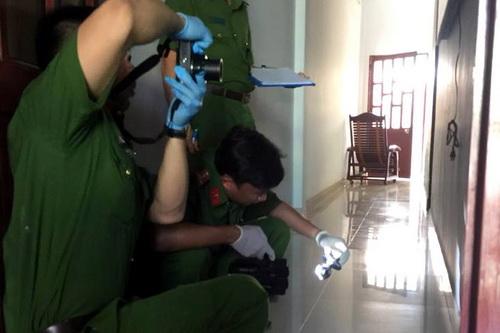 Cảnh sát khám nghiệm hiện trường vụ trộm. Ảnh: Thái Hà