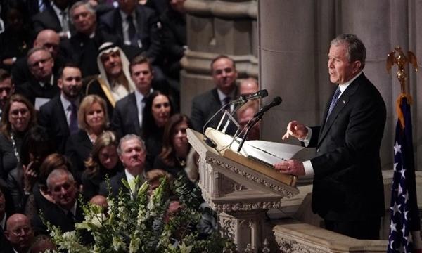 George W. Bush đọc điếu văn. Ảnh: AFP.